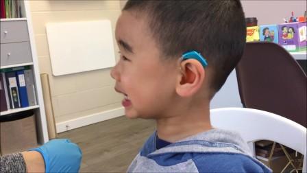 小宝三岁半,自闭症。小宝在语言训练课上跟随训练师练习发音