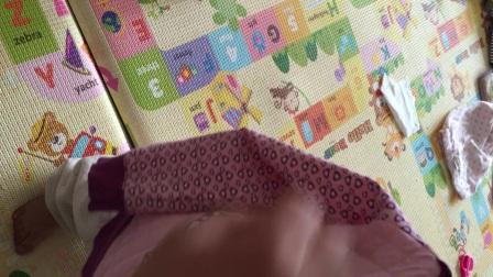小沐橙 2岁2个半月 自己穿衣服 先把头伸进大洞洞 别拍照了