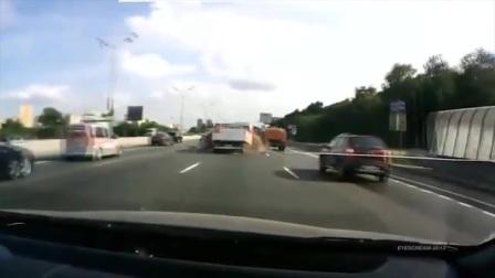 实拍高速公路车祸,汽油桶引发着火爆炸