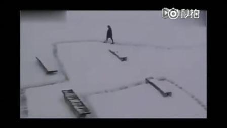 爆笑: 国外小哥扫雪恶搞路人, 在国内估计会被打