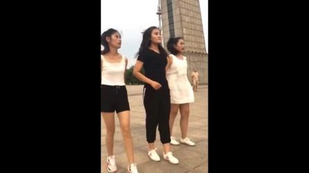广场舞大妈最大的敌人 三姐妹转身用社会摇征服世界