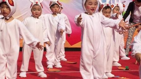 2017年,美男小1班,第一次六一儿童节舞蹈《快乐兔宝贝》,可惜个子高排外了最后排!