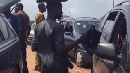 非洲集市上的卖鞋小哥, 不用小车全用头顶