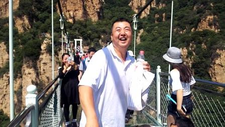 天云山玻璃桥恐高症游玻璃桥不敢往下瞧,巨搞笑😁