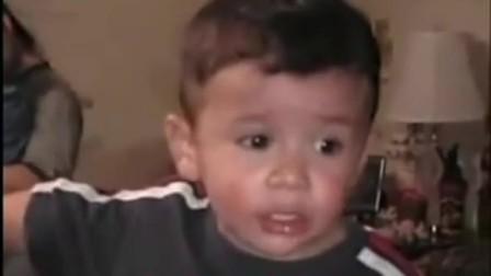 小男孩告诉爸爸小宝宝流血了, 爸爸故意这样说把男孩气懵了