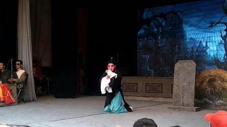 三意社演员杨升娟《周仁回府》选段在宁夏西吉演出。摄传《伯兴藏宝》