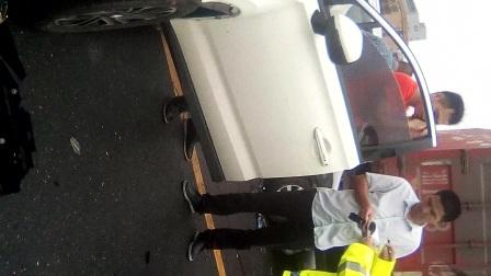 都来福昨天实拍上传南县沿湖北路运诃边十字路口三辆车同碰车事故,希望朋友司机见此教训,慢速平安行驶!