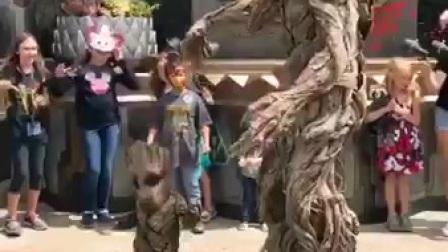 """""""千年树妖""""出来了, 还带着一个小树妖在跳舞!"""
