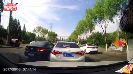 别克在逆行道上加塞,丰田车骂了几句不过瘾,直接撞了上去。最后黑车的车门都凹进去了,啥也没敢说,就这么