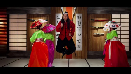 """无厘头式的""""格斗""""爱情!哈哈,有意思!加拿大另类乐团Walk off the Earth""""韩式复古""""全新单曲TAEKWONDO(跆拳道)"""