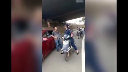 街头实拍! 女汉子街头骑车遭男子动手掌掴, 下一刻女汉子将其收拾服帖