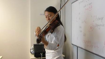 中国女生Huanyu在课上拉小提琴