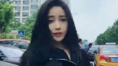 这个美女在大街上干嘛呢