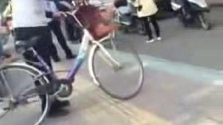 实拍 两女人打架,一男的动手,被群殴!