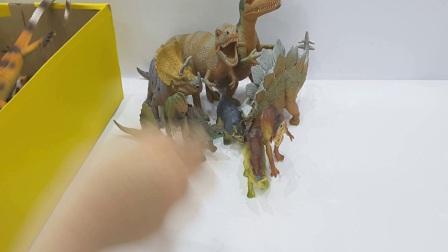 一个大箱子与恐龙玩具,蝾,昆虫玩具, 侏罗纪世界中的恐龙其列,霸王龙,欢迎订阅!