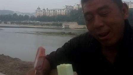 袁绍川和强哥在本溪与参加饮水工程的兄弟们抢吃救命的冰棍!气温才35度!离晒人还有段距离呢!VID_20170701_14