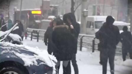 小罗恶搞2017 二货美女街头拿雪球砸人被路人爆打