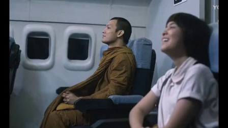 航班马上起飞,飞机工被遗忘在机仓里,接下来一幕把空姐当场就吓懵了