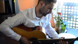 加拿大吉他手Alexander Flock演奏的一首指弹吉他作品「Song For M.F.」