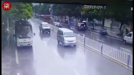 监拍SUV倒车失误 飞跃护栏腾空后砸中骑行路人
