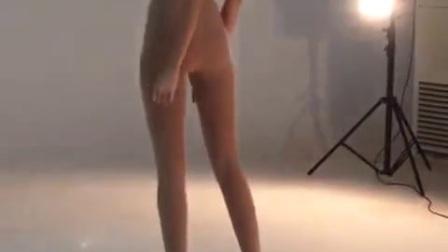 美女! 你这腿最少有1.2米吧, 你吃什么长大的?
