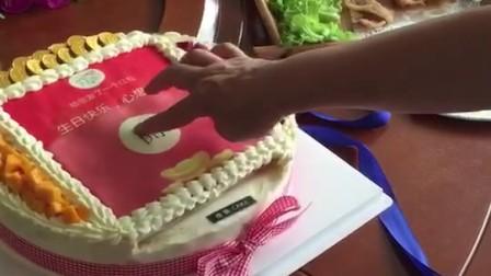 恭喜发财 大吉大利 男子送吐钱蛋糕给母亲