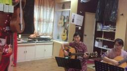 《我们的生活充满阳光》  三位美女 琴放吉他