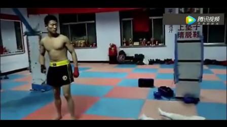 男子去拳馆踢馆, 被一脚踹飞 血溅当场人事不省!
