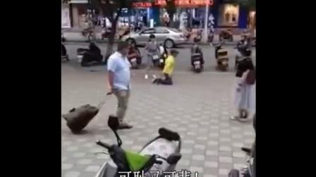 甘肃一男子当街向女人下跪5次 还不断被呵斥爆踹 如果换做那个男人是你,你会跪吗?