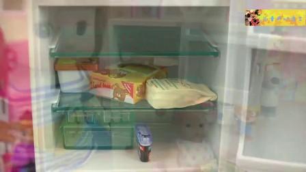 亲自迪士尼玩具 小姐姐到冰箱找好吃的 水果蛋糕饮料都有哦