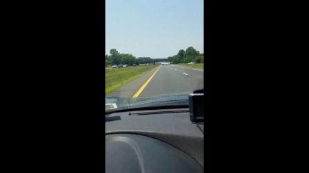 [K分享] 实拍:彪悍飞行员降落高速公路