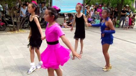 沈阳于洪区和谐广场永远幸福快乐青少年吉特巴舞蹈队—阿瓦人民唱新歌-十送红军等