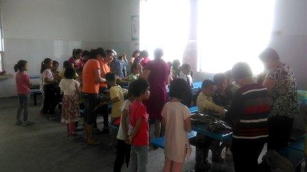2017龙江小学包粽子比赛现场(韦子仪、肖思慧等