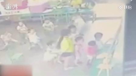 家长撞见幼师暴打在家小孩, 随后踹门而入。