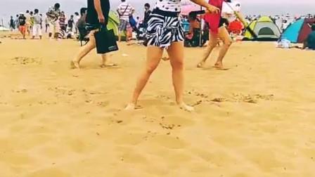 北京棍舞 美女沙滩秀大招   歪歪 热门很久了哦