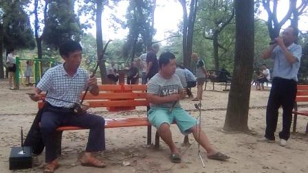 都来福上传南县老中青阳光自乐队在德昌公园演唱花鼓戏片段!