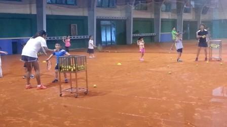 【6岁】6-6哈哈在室内红土网球场,正手跑动击球训练VID_180029
