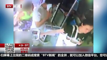 都市晚高峰(下)20170804四川成都 女子公交车上玩吊环 乘客司机纷纷制止 高清