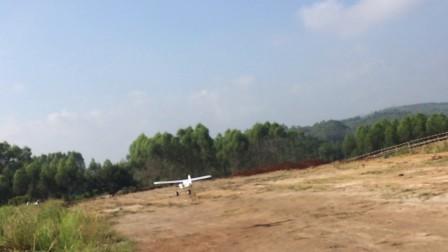 草地飞机降落