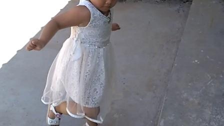 可爱的小美女学跳广场舞色即是空美极了