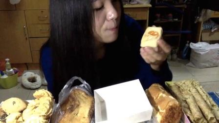 24爱吃饭的妹子乳酪面包+肉松面包+曲奇饼海苔蛋卷蔓越莓饼干焦糖法棍切片~中国吃播_美食圈_生活