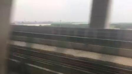合福高铁D5660次(安庆—合肥)过铜陵长江公铁大桥,与普速庐铜铁路并行
