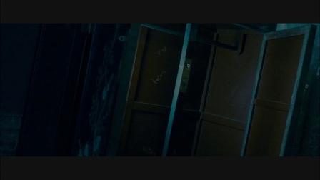 床下有人 白衣女鬼出柜和男主角香艳深吻
