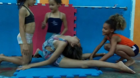 Karine training com o trio Estefane,Giovanna e Thais contortion de la luna