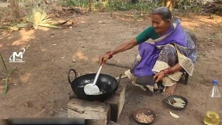 印度老奶奶刚摘的菠萝蜜.  看看她是什么吃法