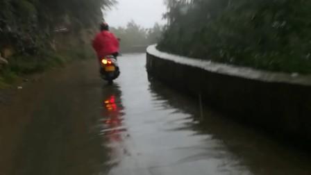 山西省陵川县挂壁公路上的骑行