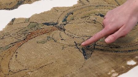 """大英博物馆""""修复《灵鹫山》""""第八集:检查刺绣画的背面"""