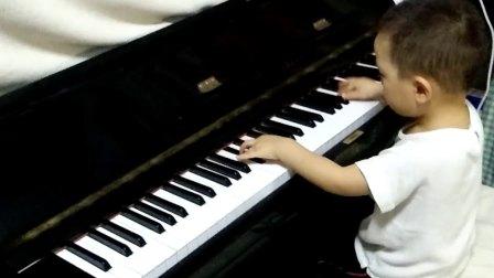 3岁小孩即兴弹奏黑键练习曲