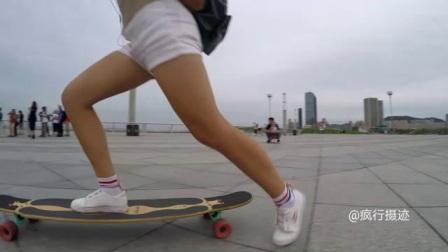 大连东港音乐喷泉广场上玩长板的帅哥美女