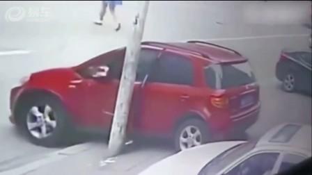 实拍女司机伸腿支地刹车被电线杆折断